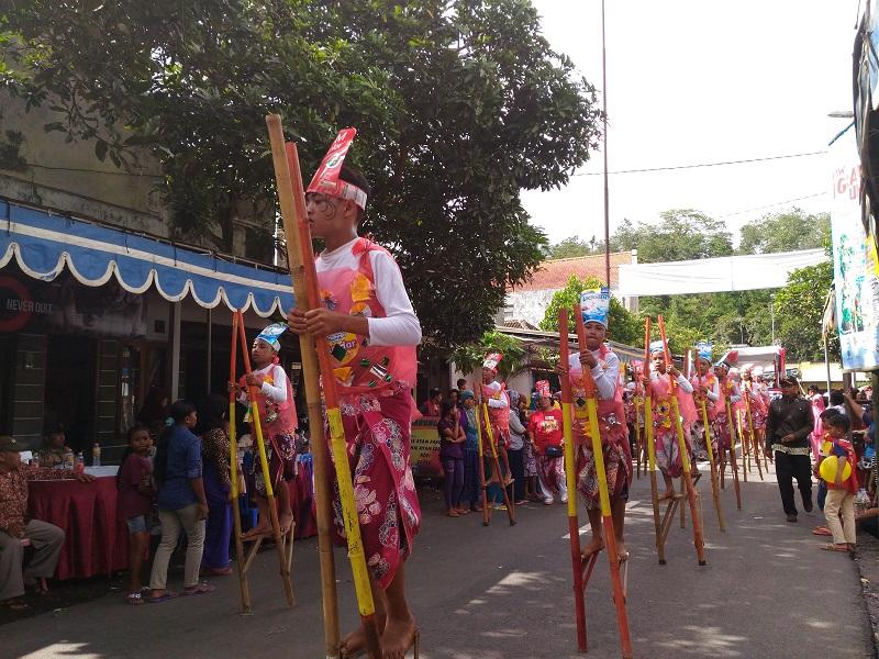 Pada lomba parade egrang peserta harus menampilkan tarian egrang kreasi mereka (foto: GNFI)
