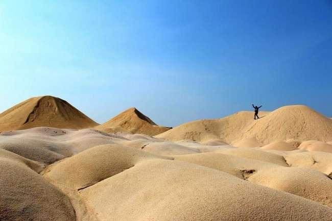 Hati-hati ketika habis hujan bila menapak bukit pasir ini karena licin (foto: kesiniaja.com)