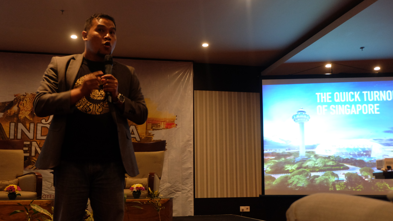 Founder GNFI, Akhyari Hananto, membuka diskusi dengan menceritakan kisah kejayaan negara Singapura, Jepang, dan Korea Selatan (foto: Febriansyah/ GNFI)