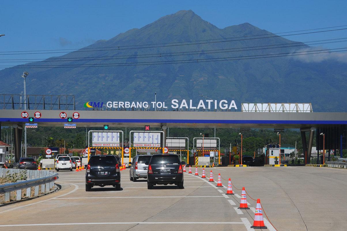 Gerbang tol Salatiga baru-baru ini mencuri perhatian dengan pemandangan gunung di baliknya (foto: uzone.id)