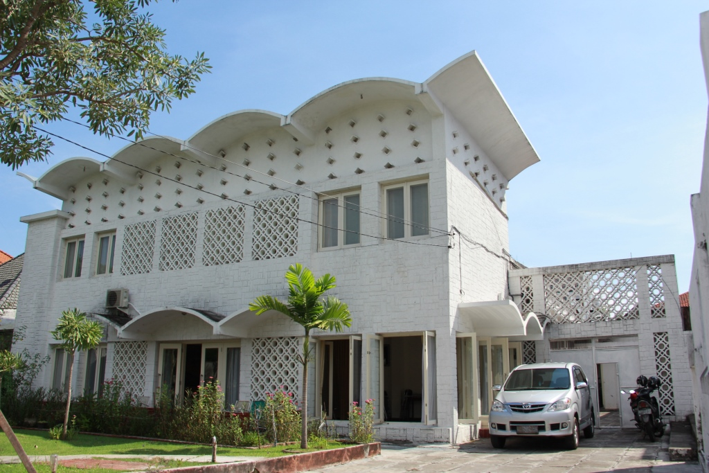 Rumah Salim Martak memiliki gaya jengki di bagian atap dan fasadnya (foto: ayorek.org)