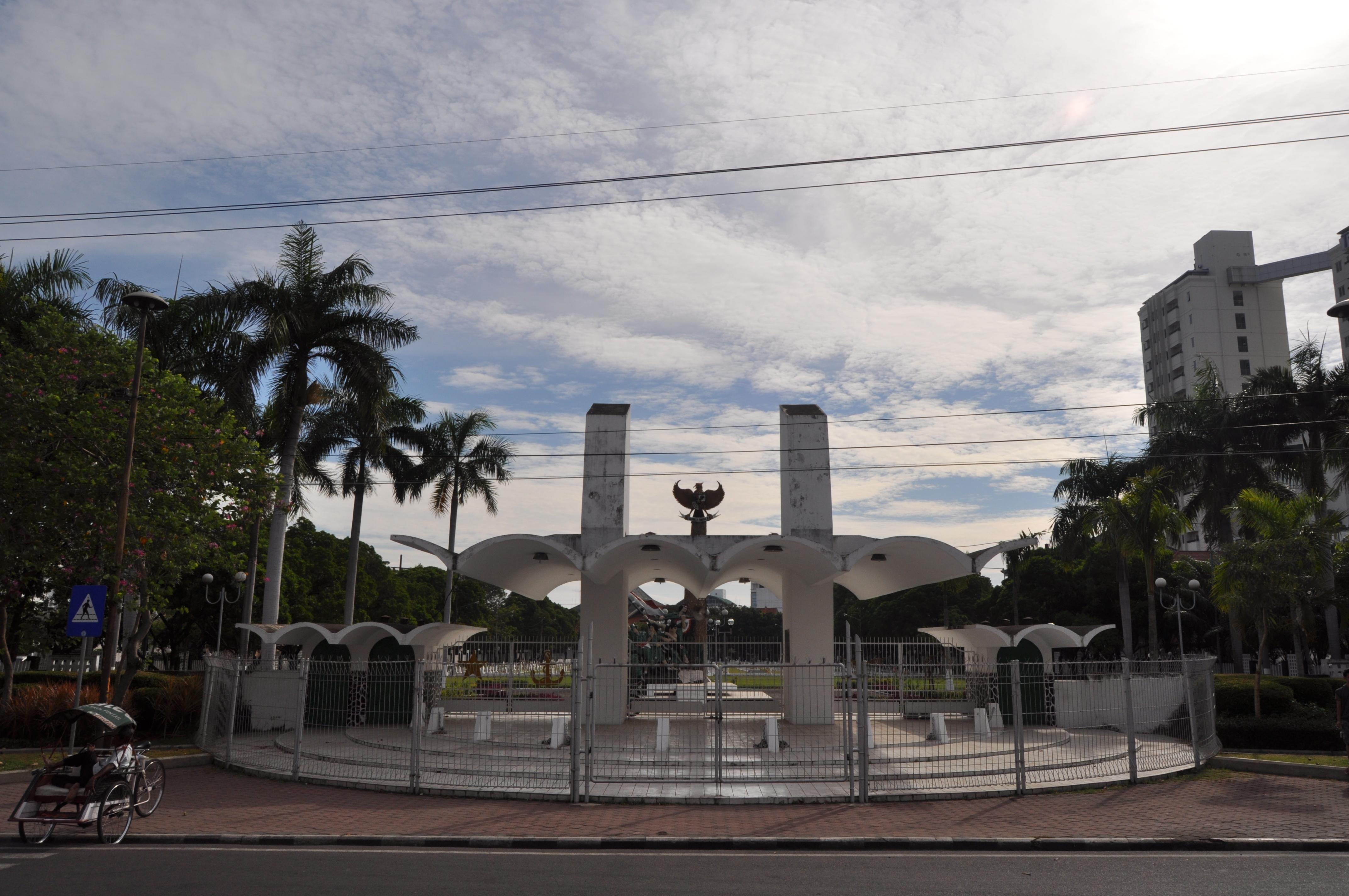 Atap gerbang Taman Makam Pahlawan Surabaya yang unik ini bergaya jengki (foto: arsitek jengki)