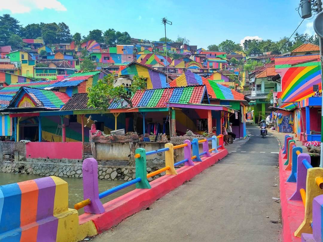 Menarik sekali, ya kampung ini seteah diwarnai (foto: instagram/arieprakhman)