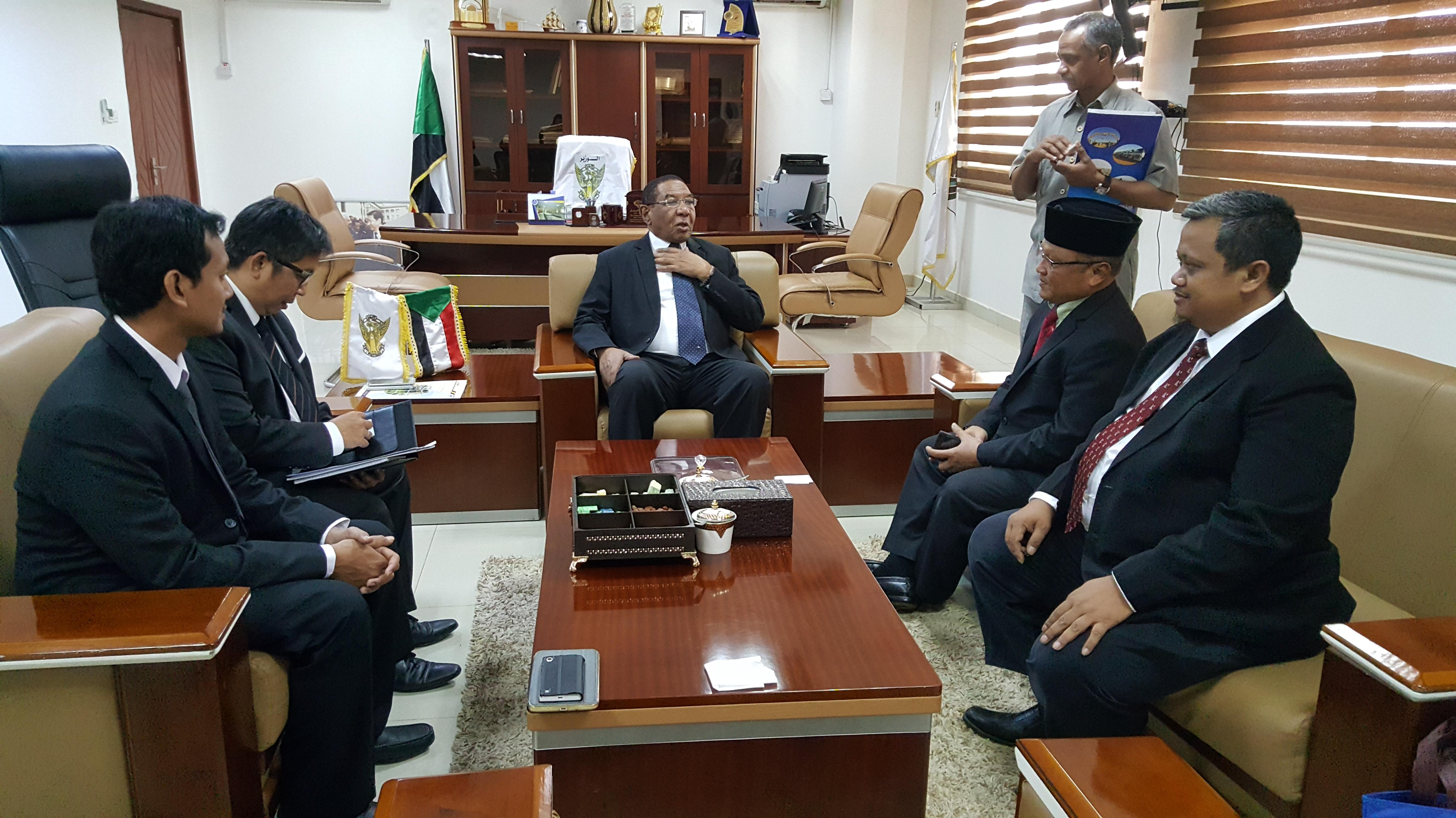 Dubes RI untuk Republik Sudan mewakili PT INKA membahas kerja sama investasi kereta api Indonesia untuk Sudan (foto: KBRI Khartoum)