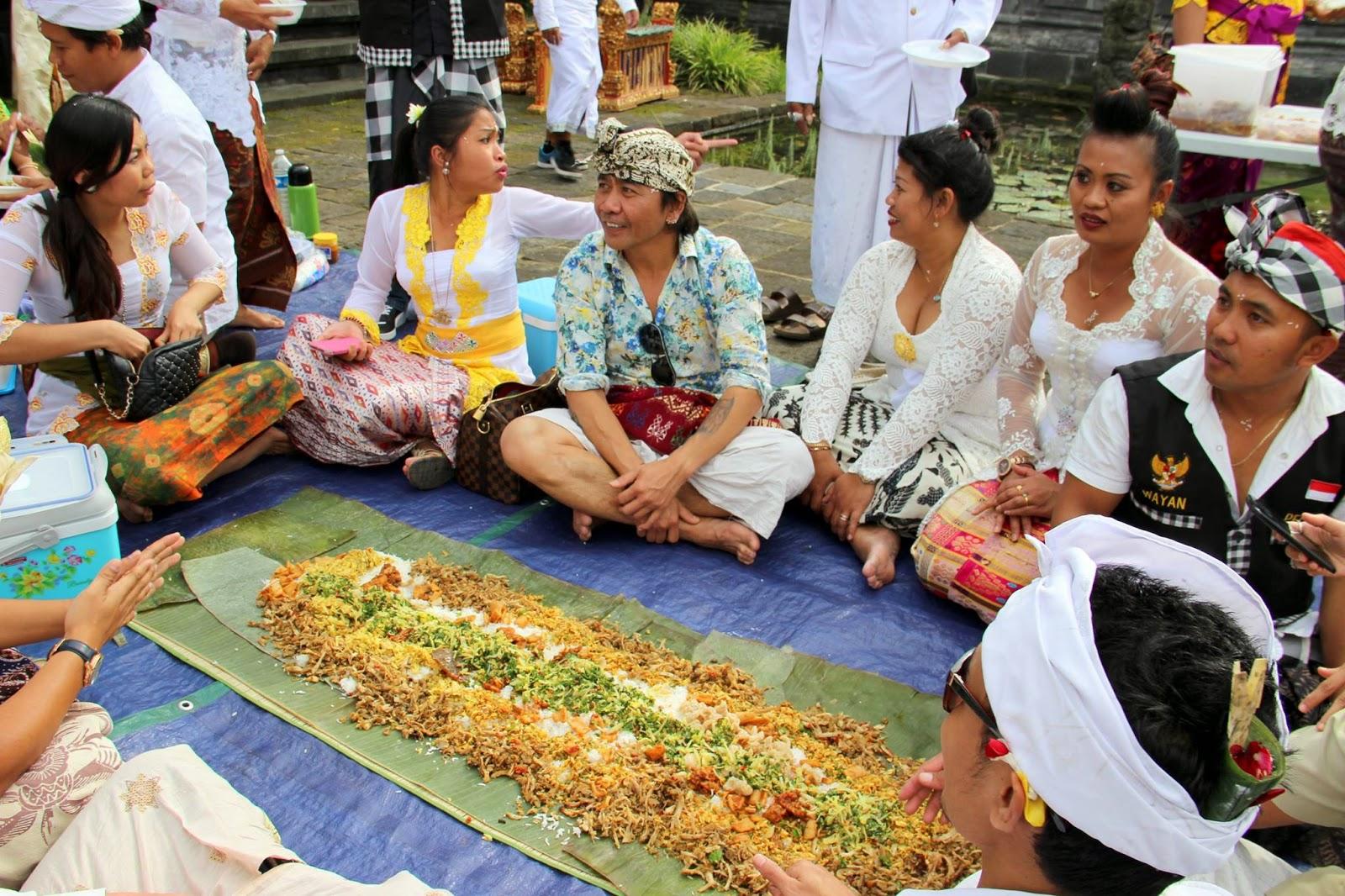 Di Bali, tradisi makan nasi liwet bersama-sama ini disebut dengan Megibung