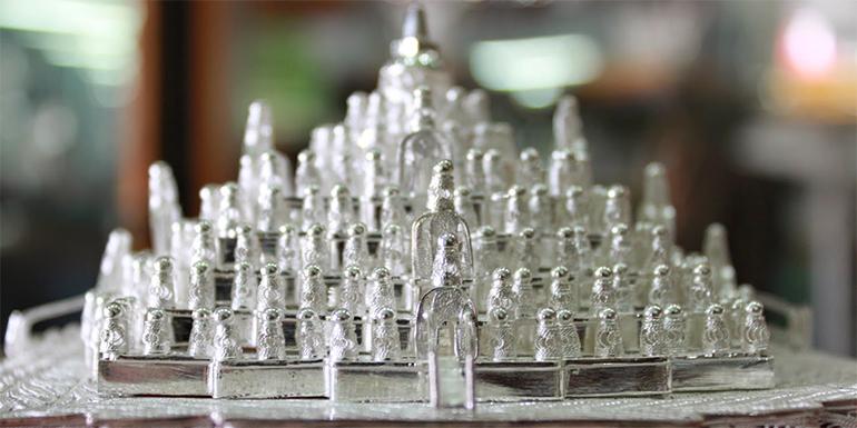 Tak hanya perhiasan, para pengrajin perak Kotagede juga membuat kerajinan kriya seperti miniatur candi ini
