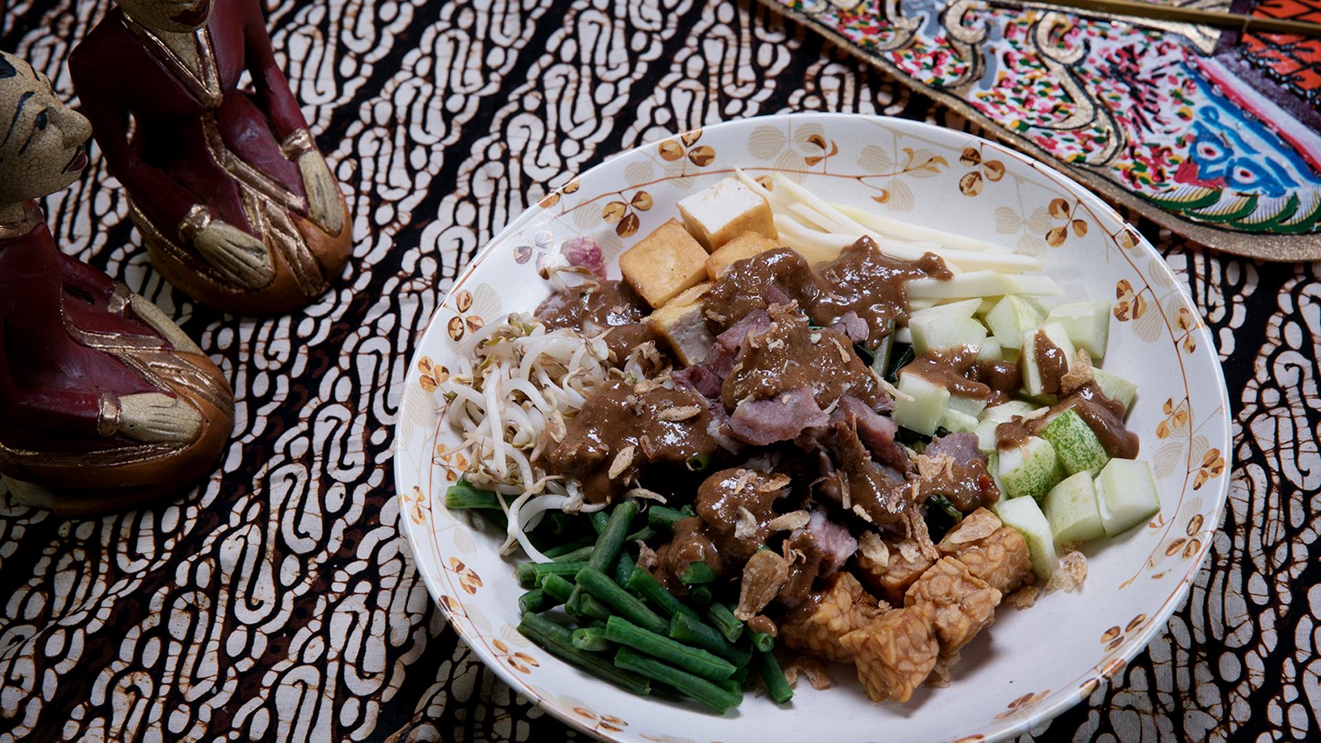 Rujak cingur, khasnya ada pada potongan moncong sapi di dalam hidangannya (foto: tastemade.com)