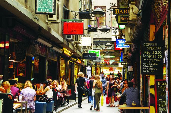 Kawasan Victoria Street selalu ramai dilalui oleh para turis (Foto: viator.com)