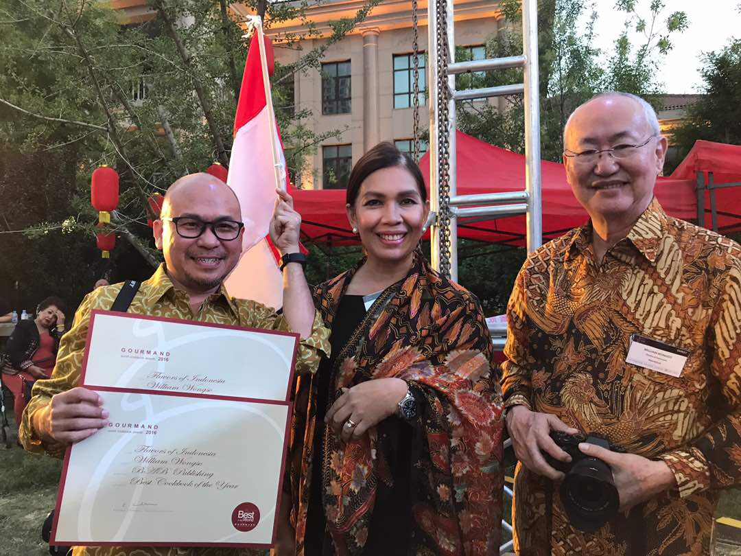 Petty Elliott dan William Wongso meraih penghargaan Gourmand World Cookbook Awards 2017 atas karya buku mereka (foto: food.detik.com)