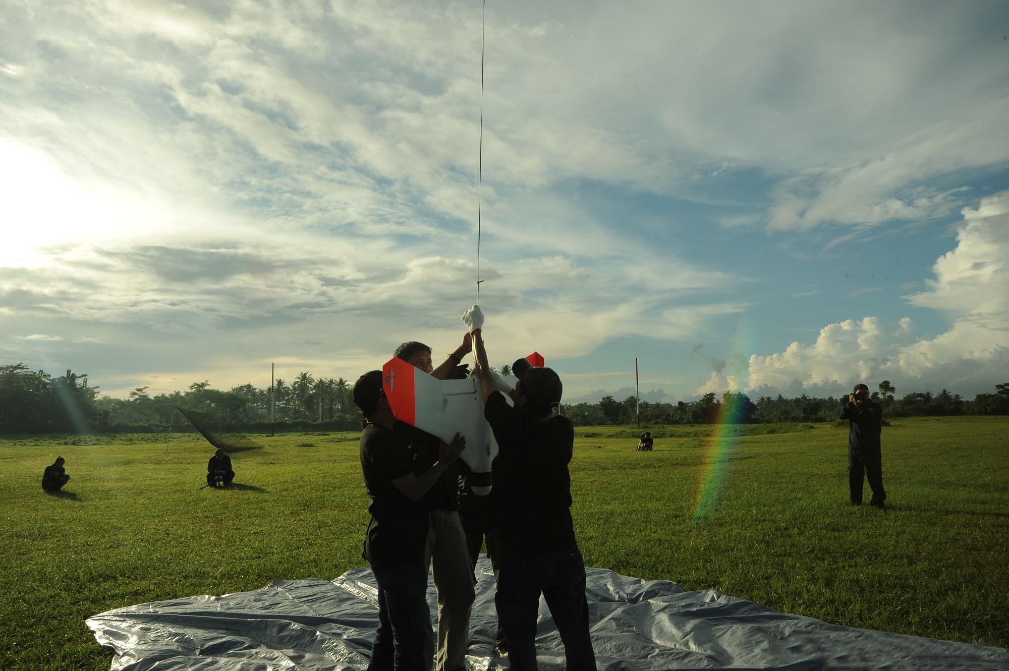 UAV Ai-X1 diterbangkan dengan bantuan balon cuaca yang pada ketinggian 14 Km akan pecah dan pesawat akan terbang dengan sendirinya (foto: Menembus Langit)