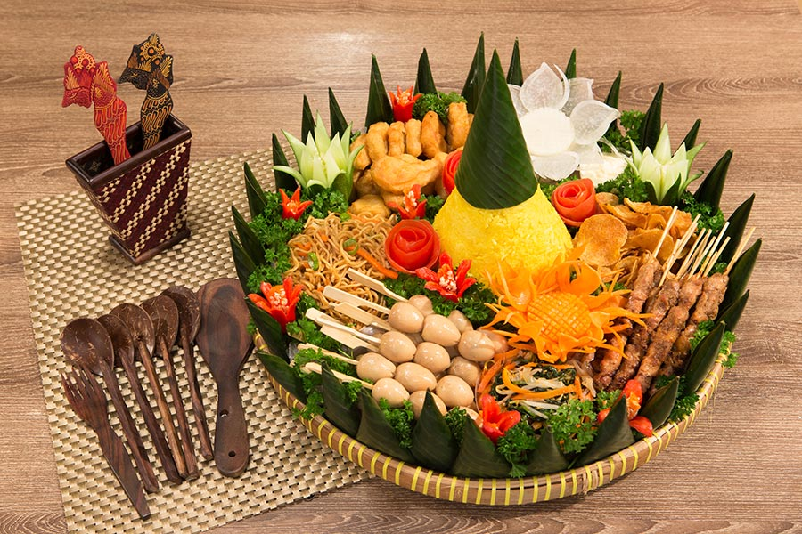 Ciri khas Indonesia untuk merayakan segala sesuatu: tumpeng (foto: Indonesia Chili)