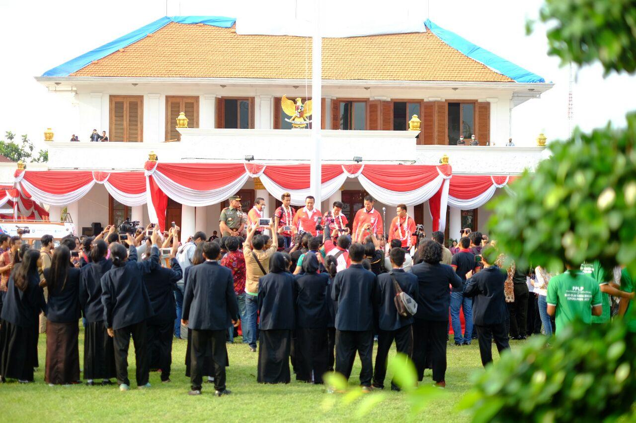 Owi, Butet, Menpora, dan Wagub Jatim memberikan sambutan di halaman Gedung Grahadi. Owi dan Butet juga diarak sampai ke Sidoarjo setelah dari Gedung Grahadi (Foto: GNFI)