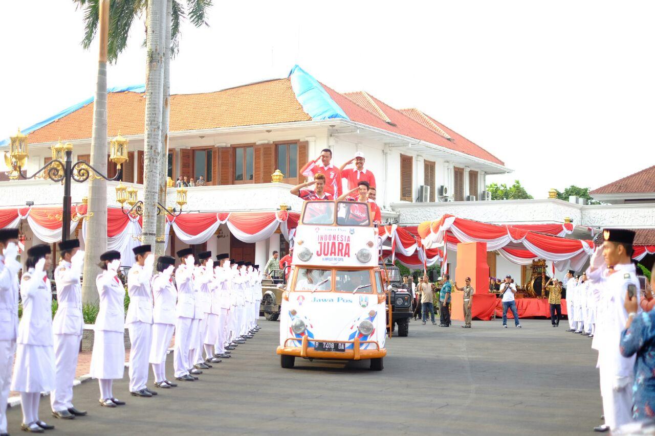 Sesampainya di Gedung Grahadi, rombongan arak-arakan juga diberi penghormatan oleh Paskibra Jawa Timur (Foto: GNFI)