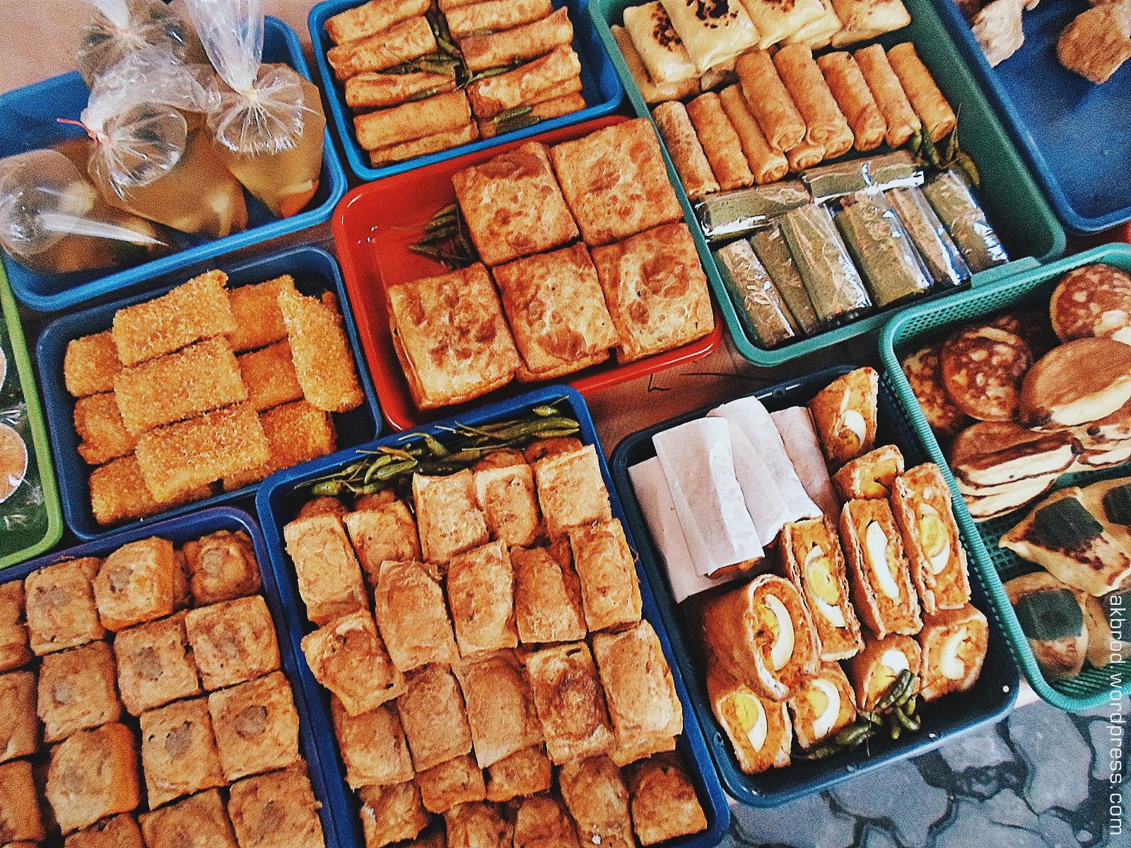 Tak hanya lauk pauk, para pedagang di Pasar Sore Ramadan Kauman juga menjajakan jajanan untuk berbuka puasa