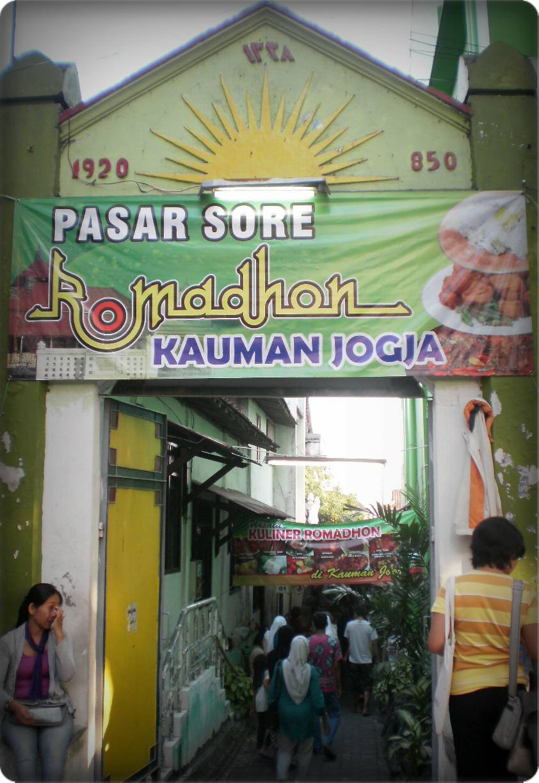 Pasar Sore Ramadan Kauman hadir sejak lama setiap bulan Ramadan (foto: tulisan-ringan.com)