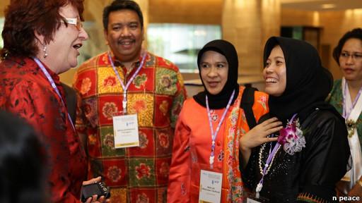 Suraya Kamaruzzaman (kedua dari kanan) (foto: BBC)