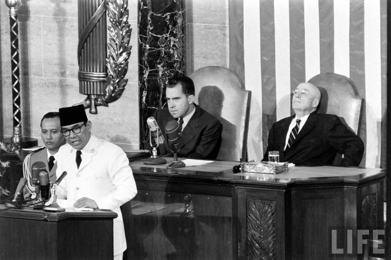 Soekarno juga mengenakan peci di forum-forum luar negeri (foto: penasoekarno.wordpress.com)
