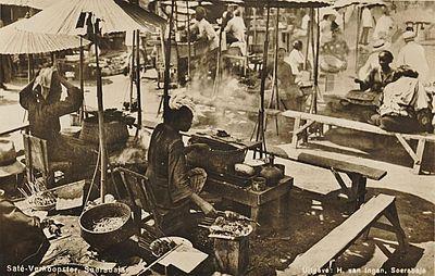 Pedagang sate di Pasar Surabaya tahun 1930 (foto: serbajadoel)