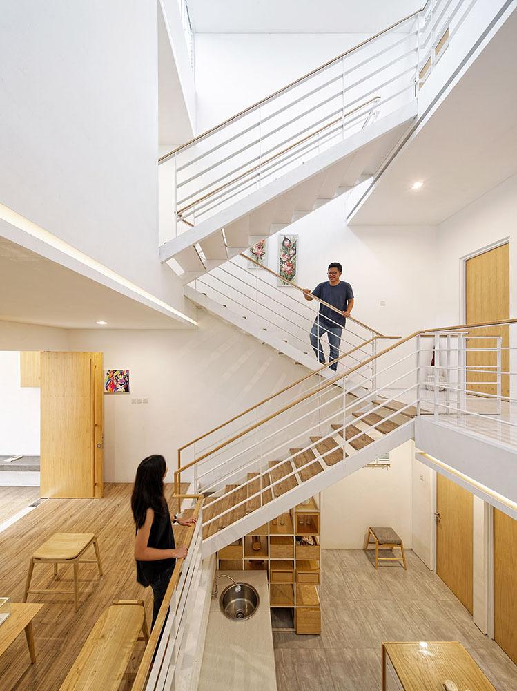 Konsep rumah 'split' seperti ini dirasa akan menghemat energi dan tentunya nyaman (foto: architize)
