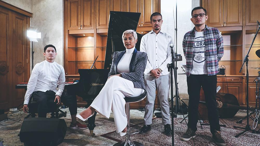Sri Hanuraga Trio berkolaborasi dengan penyanyi Dira Sugandi dalam album terbaru mereka yang rilis November 2016 lalu (Foto: Shoemaker)