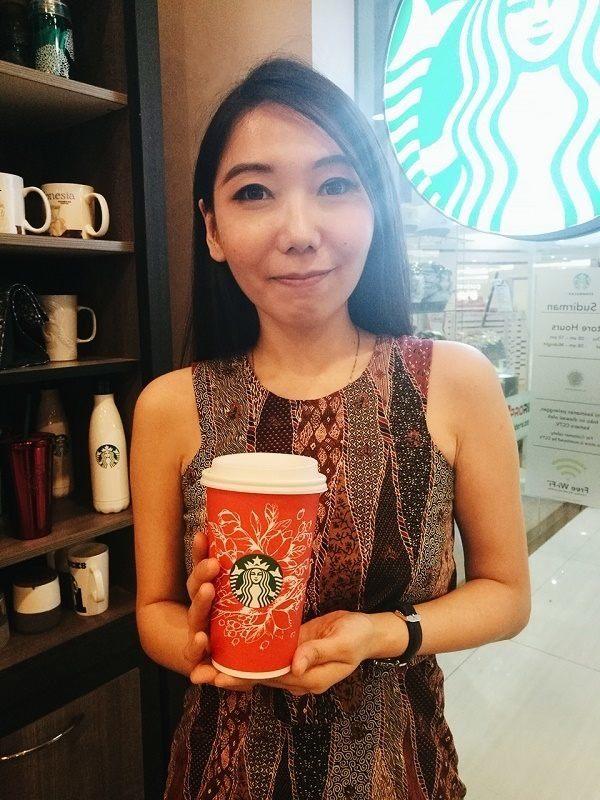 Flo dan desain red cup Starbucksnya (source image: Cosmopolitan)