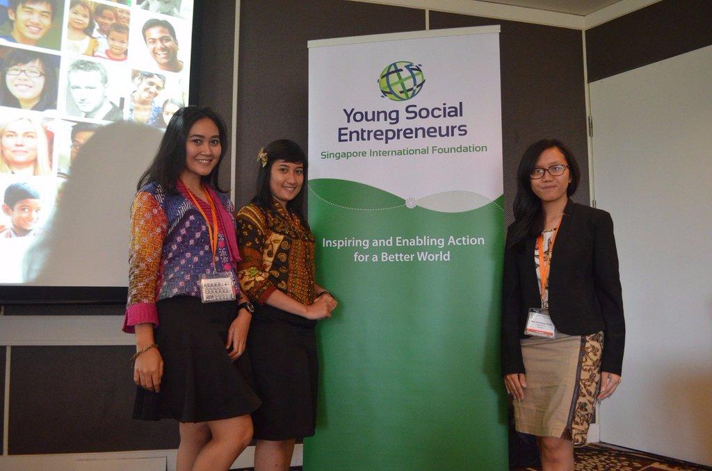 Novi bersama kedua rekannya berhasil membawa Kama Batik memenangi Young Social Entrepreneur (YSE) Oktober 2016
