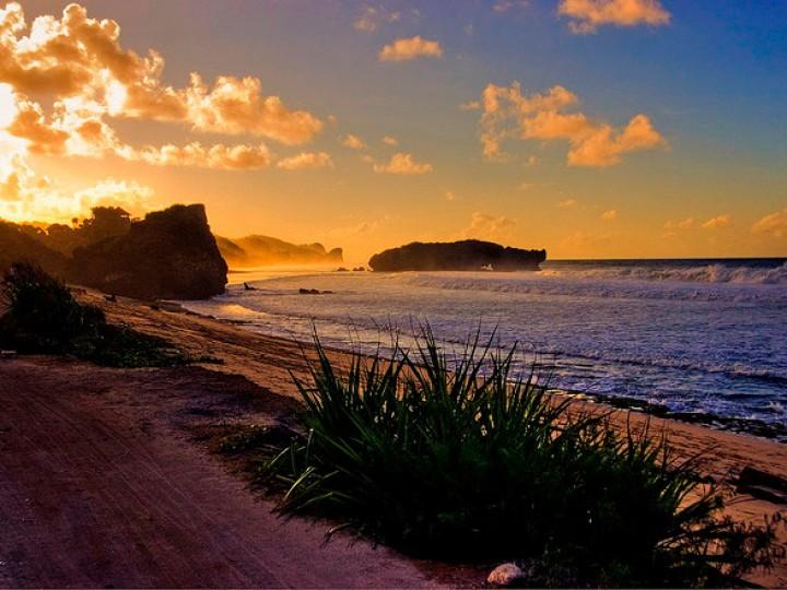 Matahari menyingsing di ufuk timur Pantai Sundak, Gunung Kidul
