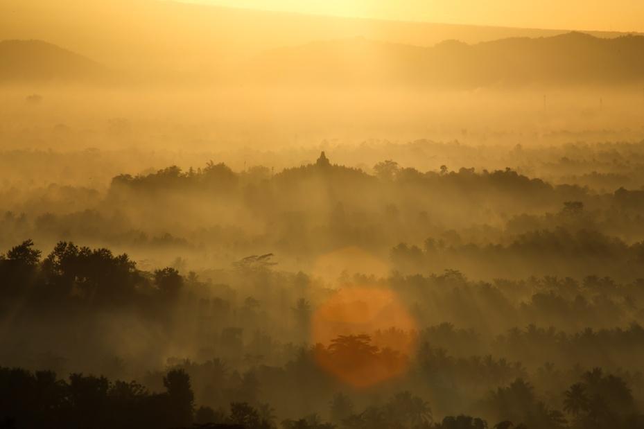 Menyaksikan sang fajar dengan latar Candi Borobudur? Di Punthuk Setumbu tempatnya