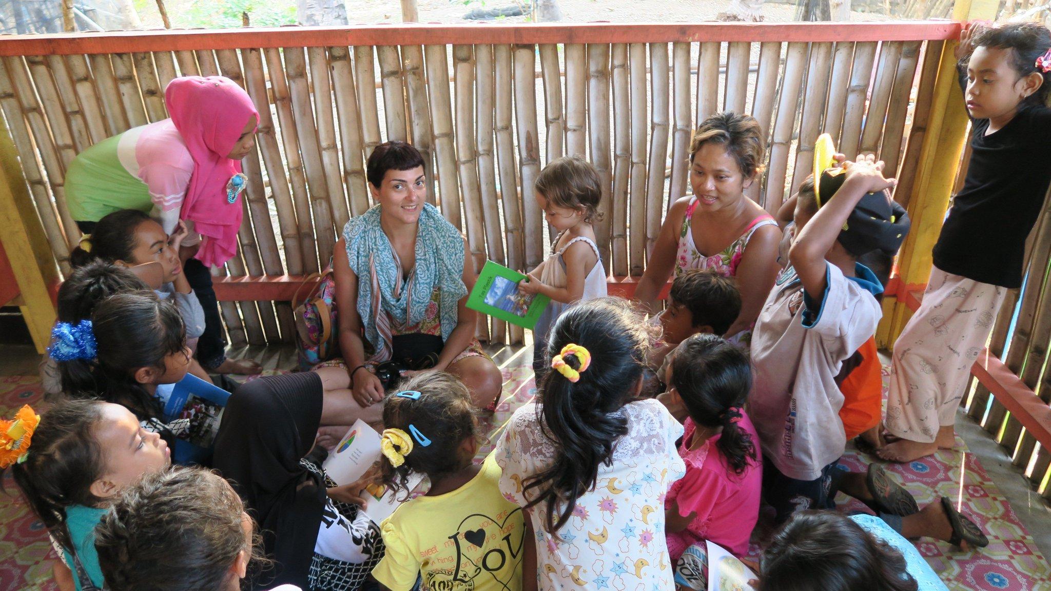 Alexia dari Yunani juga ikut berbagi cerita di Taman Bacaan Pelangi Kampung Rinca (foto: twitter/pelangibook)