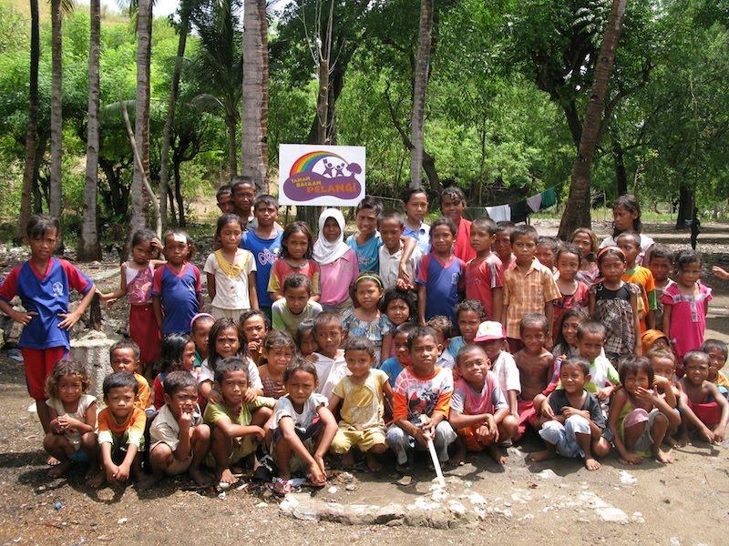 Anak-anak di Pulau Rinca sesungguhnya punya minat baca yang tinggi (foto: taman bacaan pelangi)