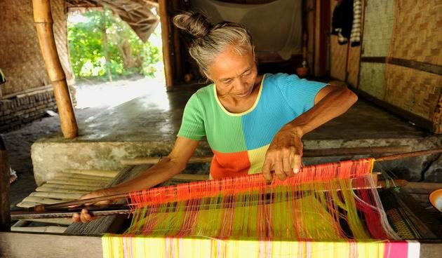 Perempuan penenun di suku Sasak selalu mengucap kalimat 'Subhanallah' ketika menenun tenun Subahnale (Foto: kidnesia.com)
