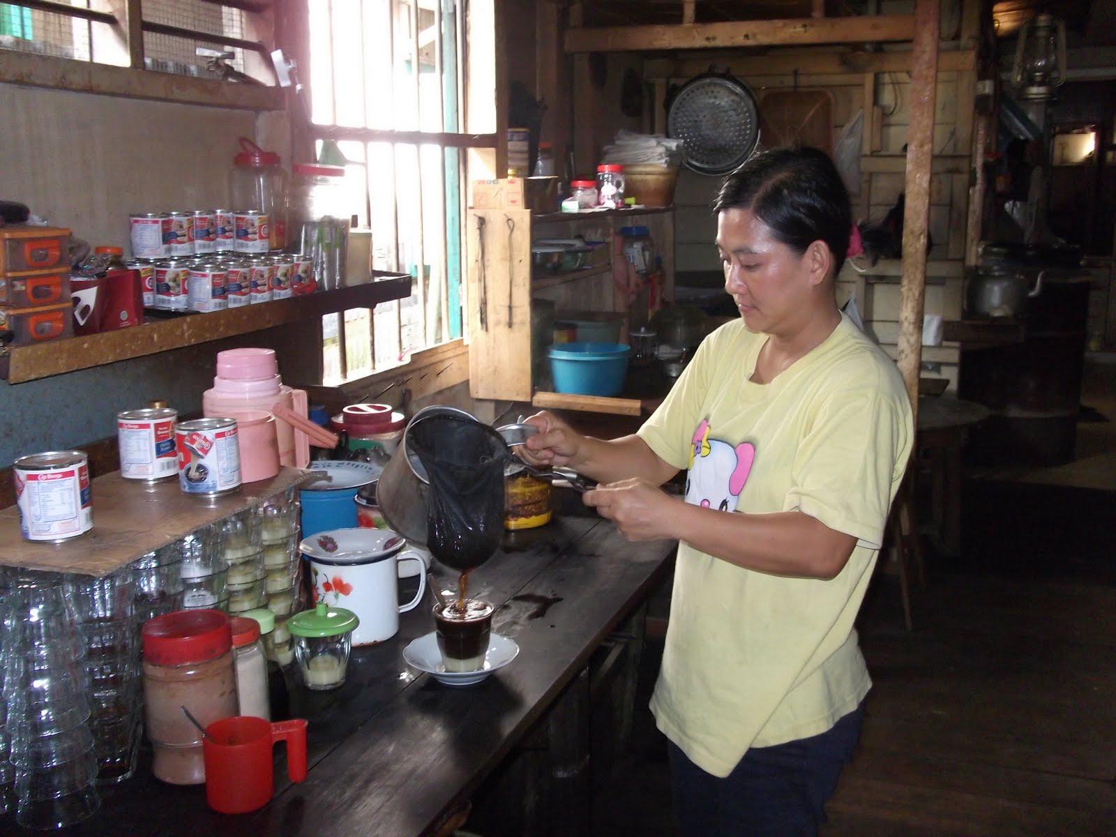 Gerai kopi lokal yang sederhana pun bisa menjadi etalase kopi nusantara (foto: zarkasyi.id)
