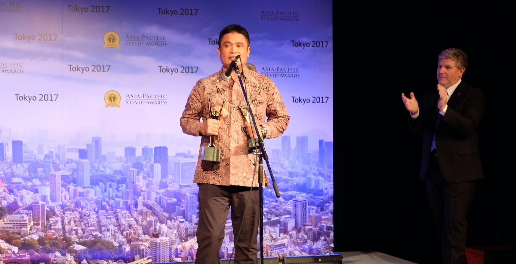 (Direktur Enterprise & Business Service Telkom Dian Rachmawan menyampaikan rasa syukur dan bangga usai menerima penghargaan tertinggi The Grand Stevie for Organization of the Year 2017 di Tokyo (2/6). TelkomGroup telah berhasil mempertahankan predikat tersebut selama tiga tahun berturut-turut yaitu pada 2015, 2016, dan 2017/dok.telkom)