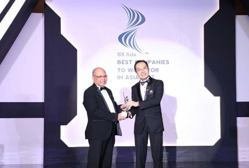 (Perwakilan Telkom menerima penghargaan/indotelko.com)