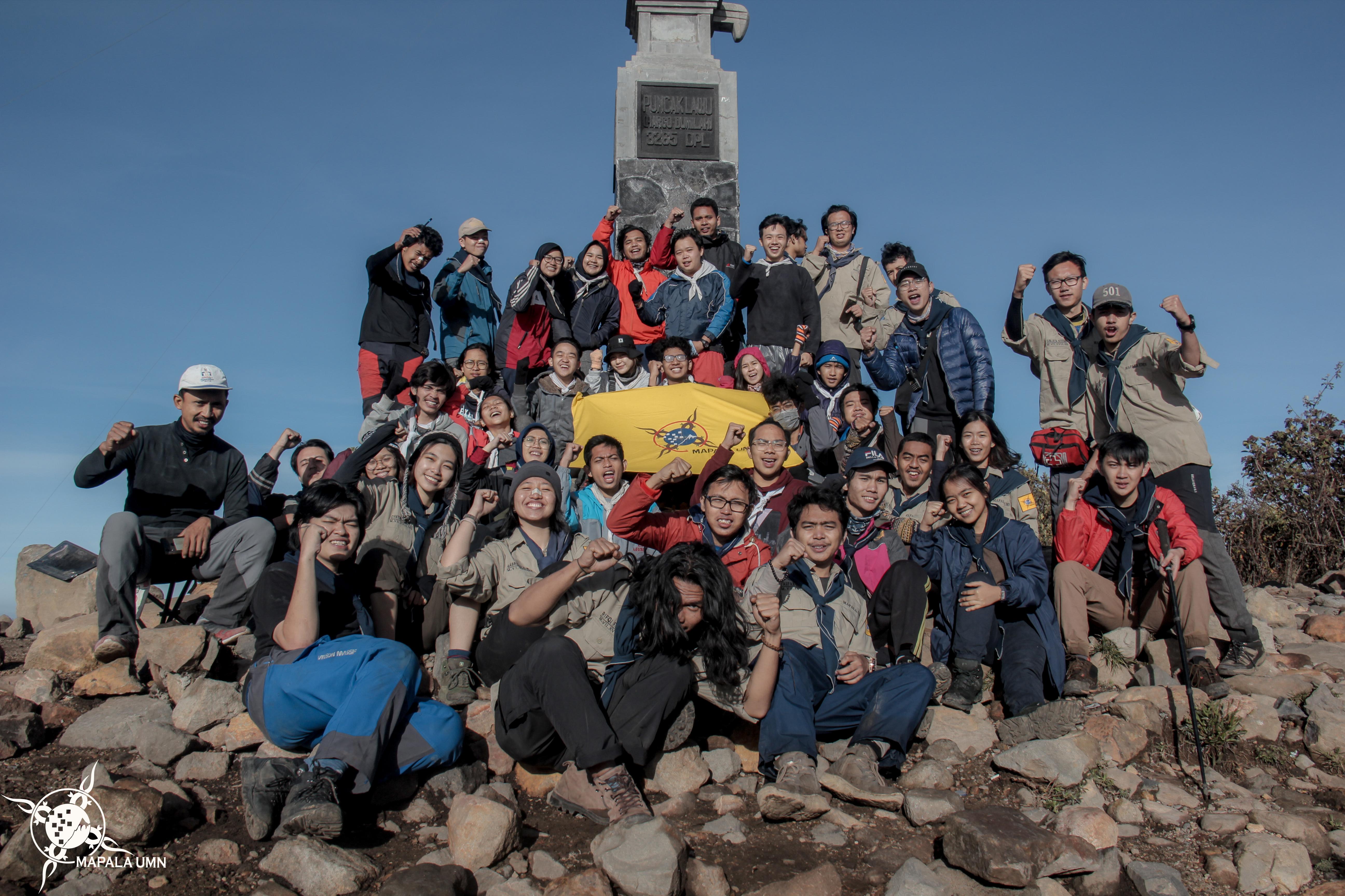 Seluruh anggota pendakian saat berhasil mencapai Puncak Hargo Dumilah 3.265 mdpl | Foto: Dokumentasi Mapala UMN