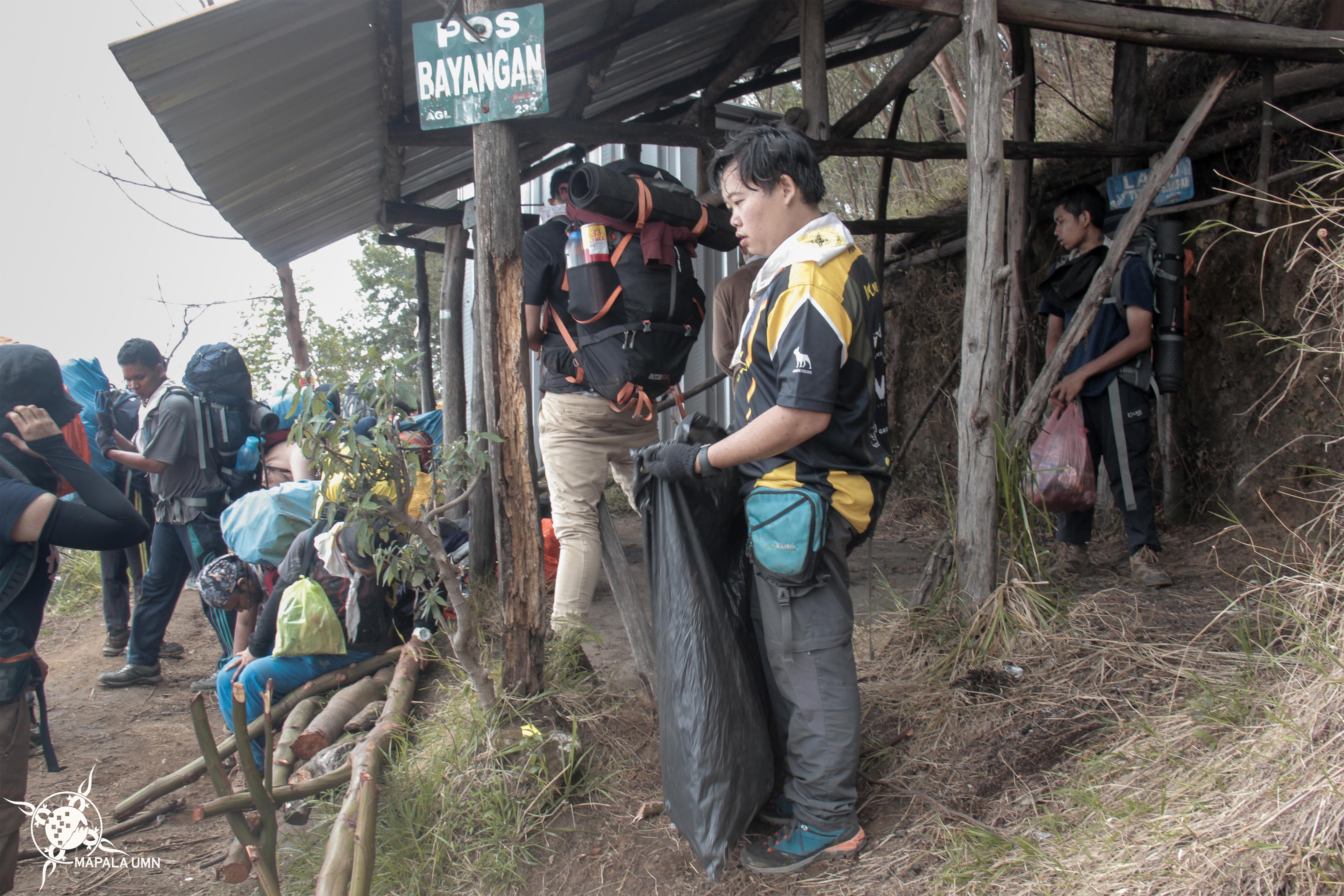 Aksi bersih-bersih sampah di setiap pos jalur pendakian via Cemoro Kandang | Foto: Dokumentasi Mapala UMN