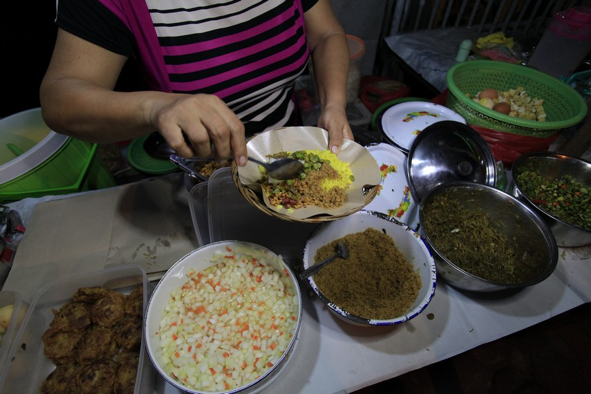 Nasi kuning begadanglengkap dengan lauk pauk lainnya | foto : Indonesiakaya.com