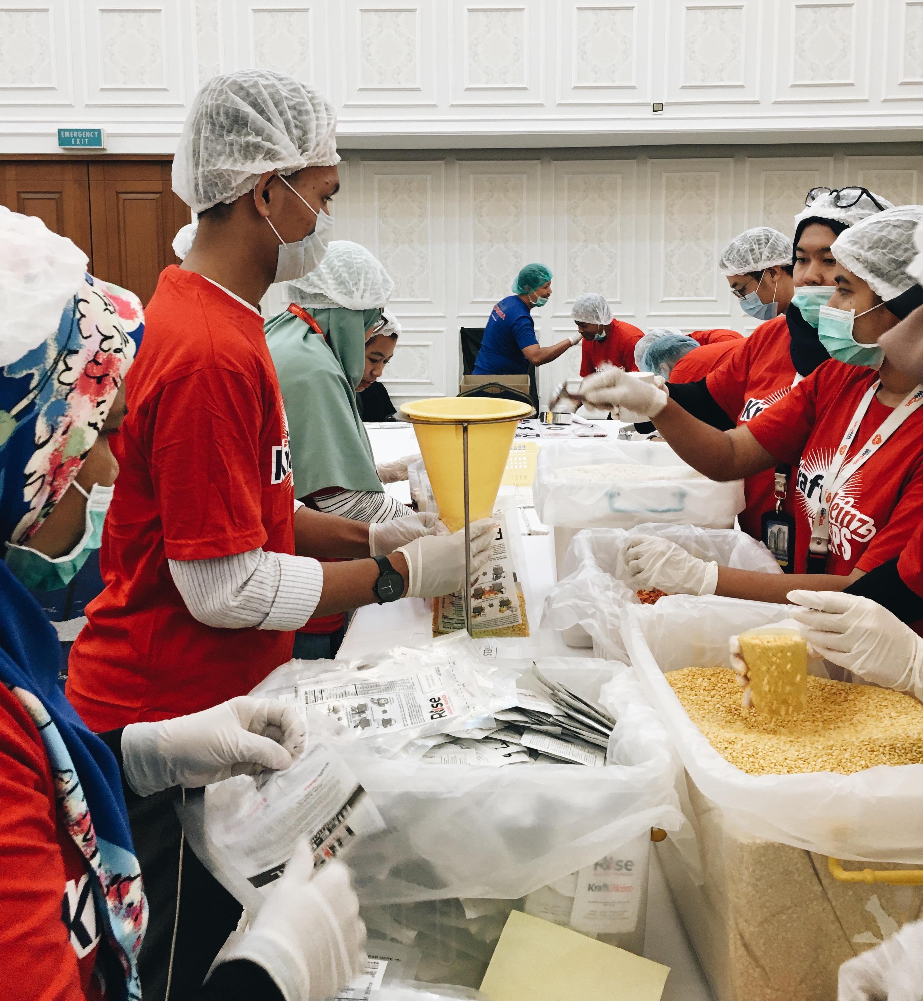 Proses pengepakan makanan bergizi di Menara Mandiri : foto : Asriyati/GNFI