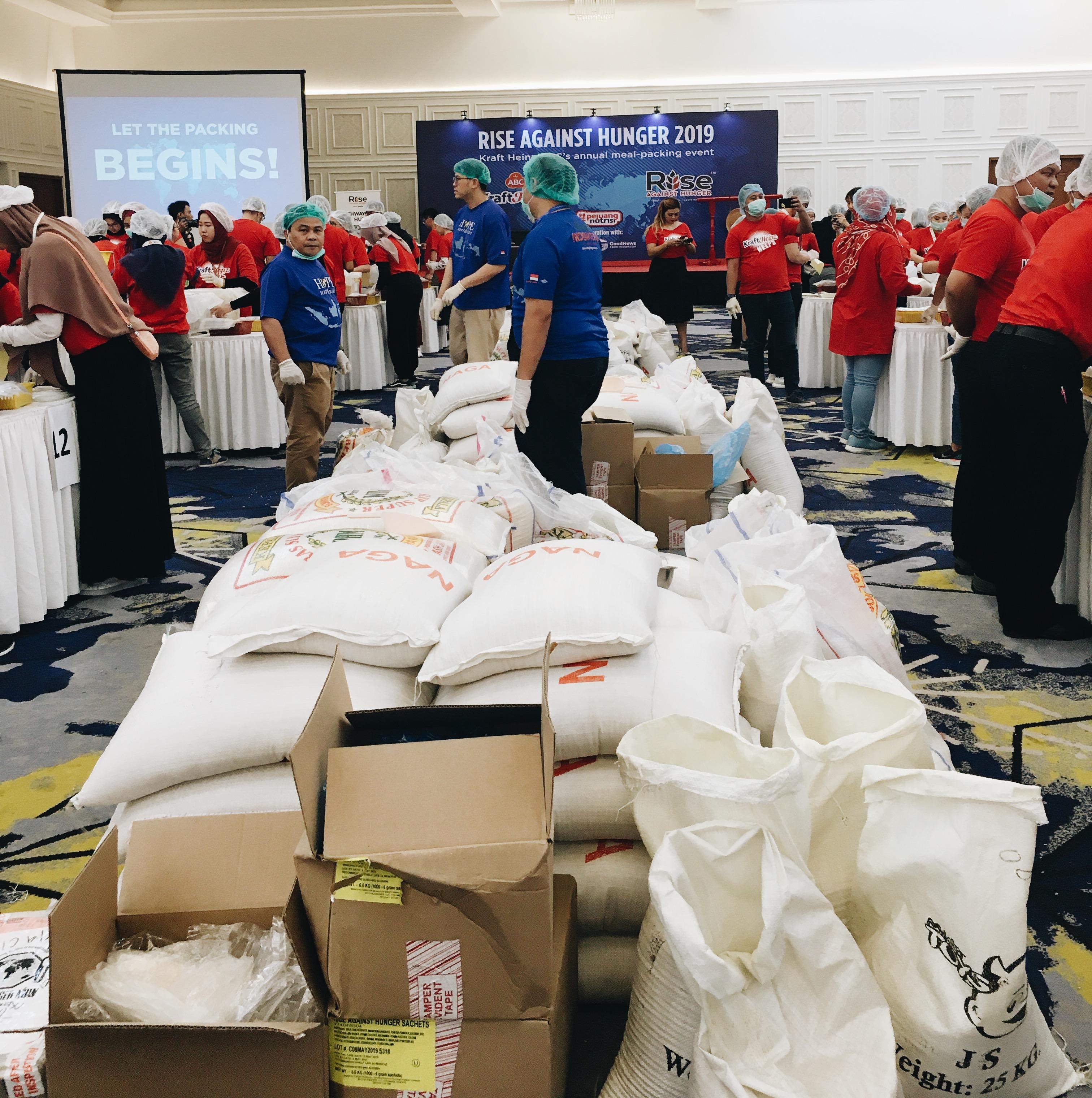 makanan-makanan bergizi yang siap dikemas oleh para sukarelawan   foto : Asriyati/GNFI
