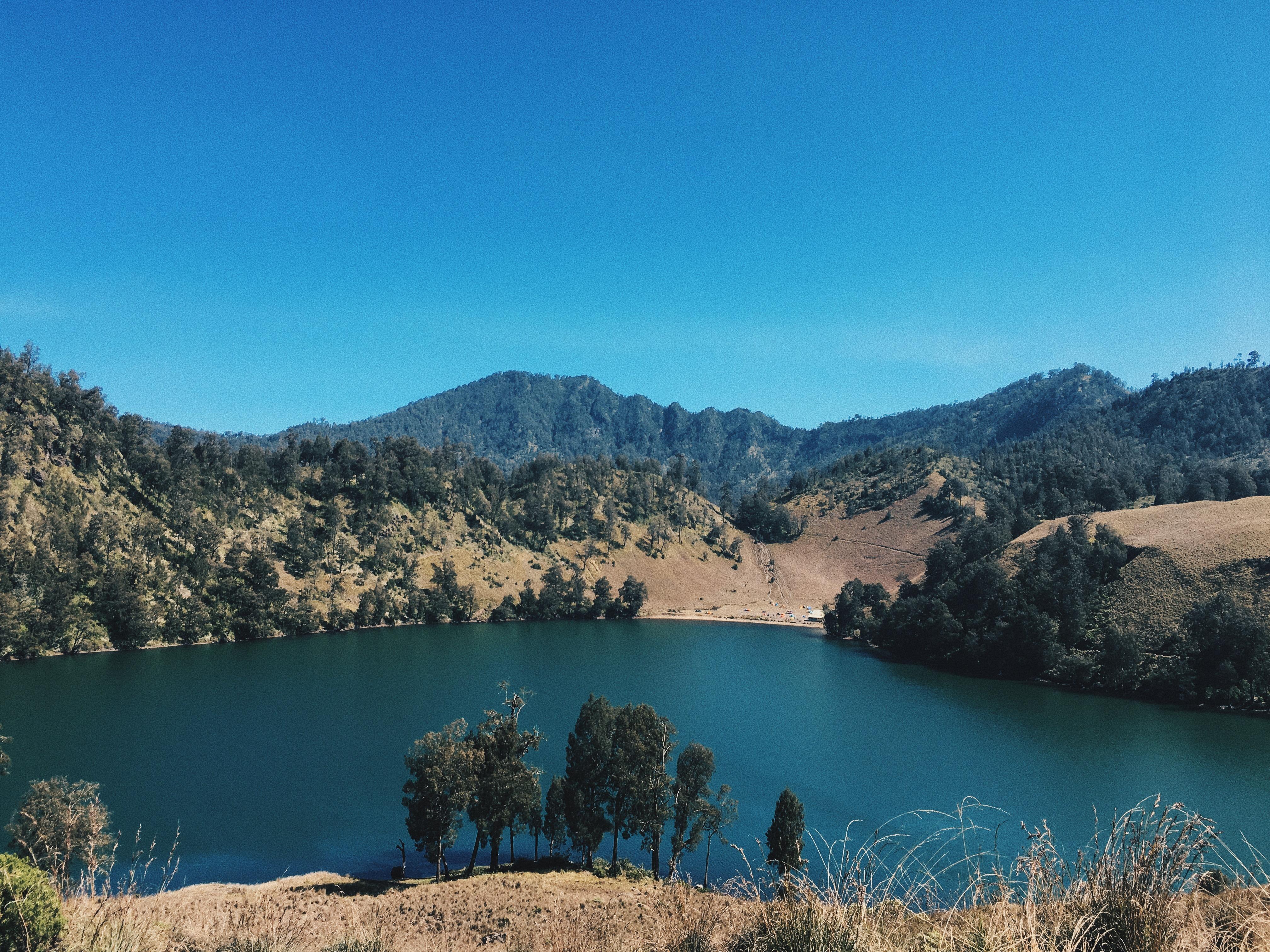 Pemandangan Ranu Kumbolo dari pos 4 | Sumber : Asriyati