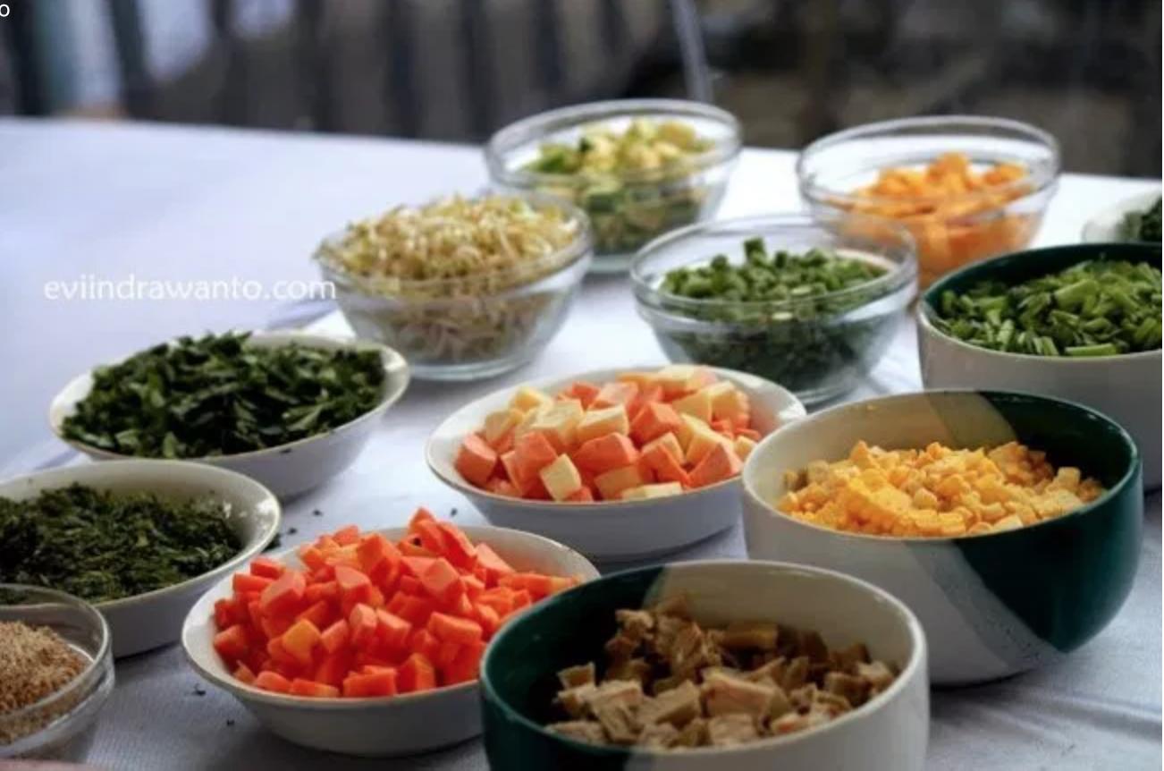 Bahan-bahan untuk membuat bubur pedas khas Sambas | Foto : eviindrawanto.com