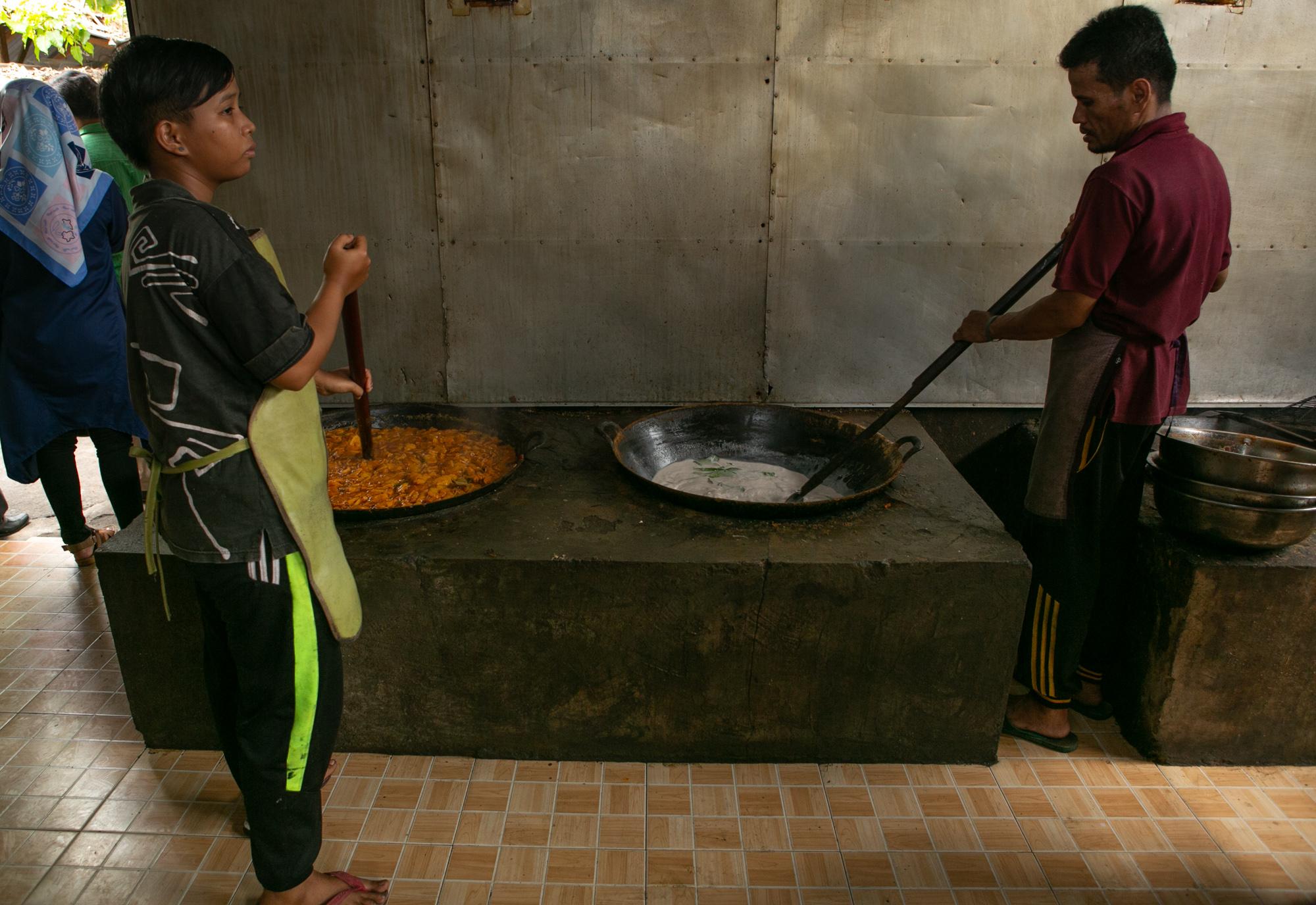 proses pembuatan rendang menggunakan alat tradisional | foto : pesonaindonesia