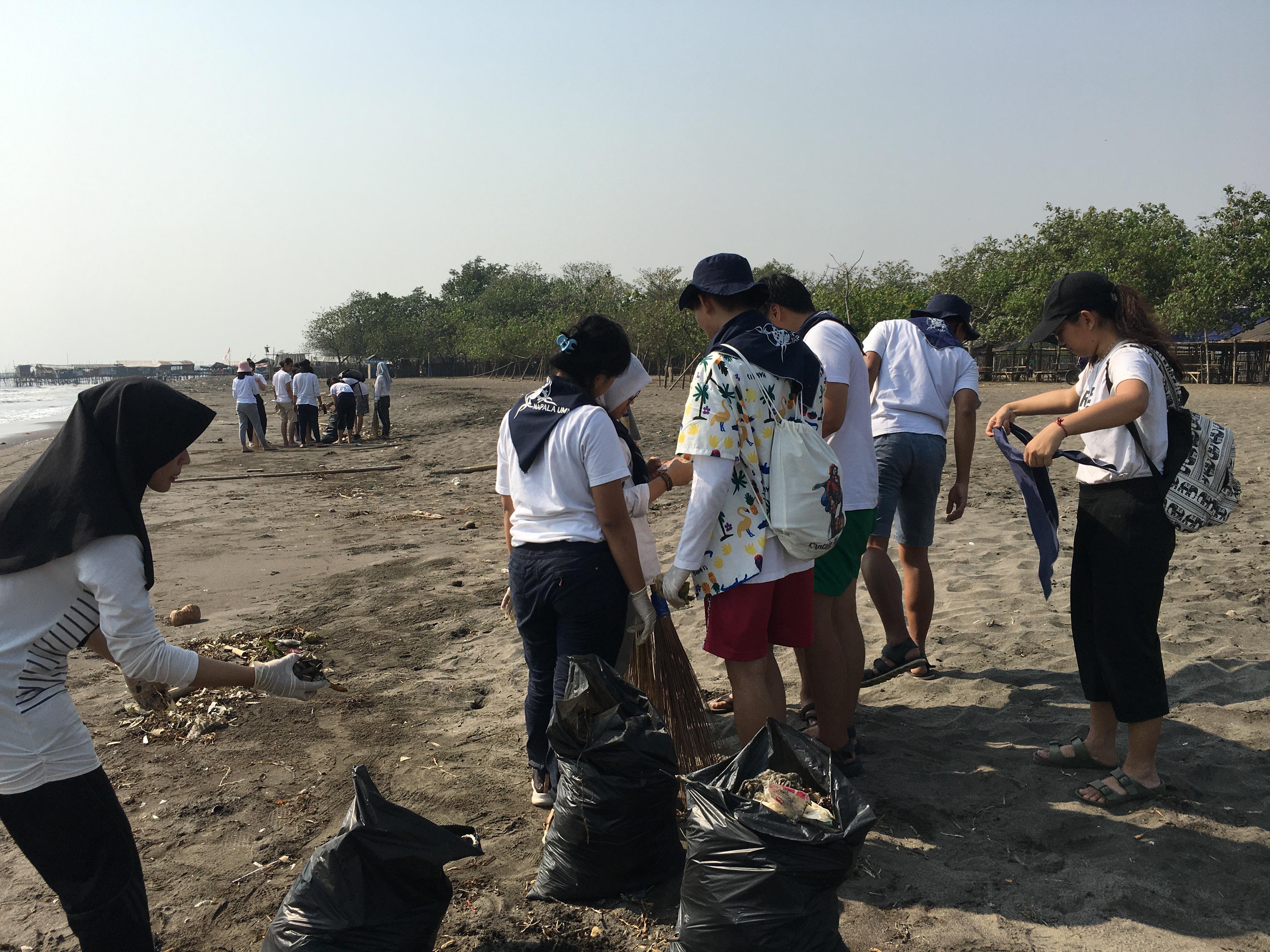 Aksi bersih-bersih di sekitar pesisir pantai Tanjung Pasir   Foto : Asriyati/GNFI