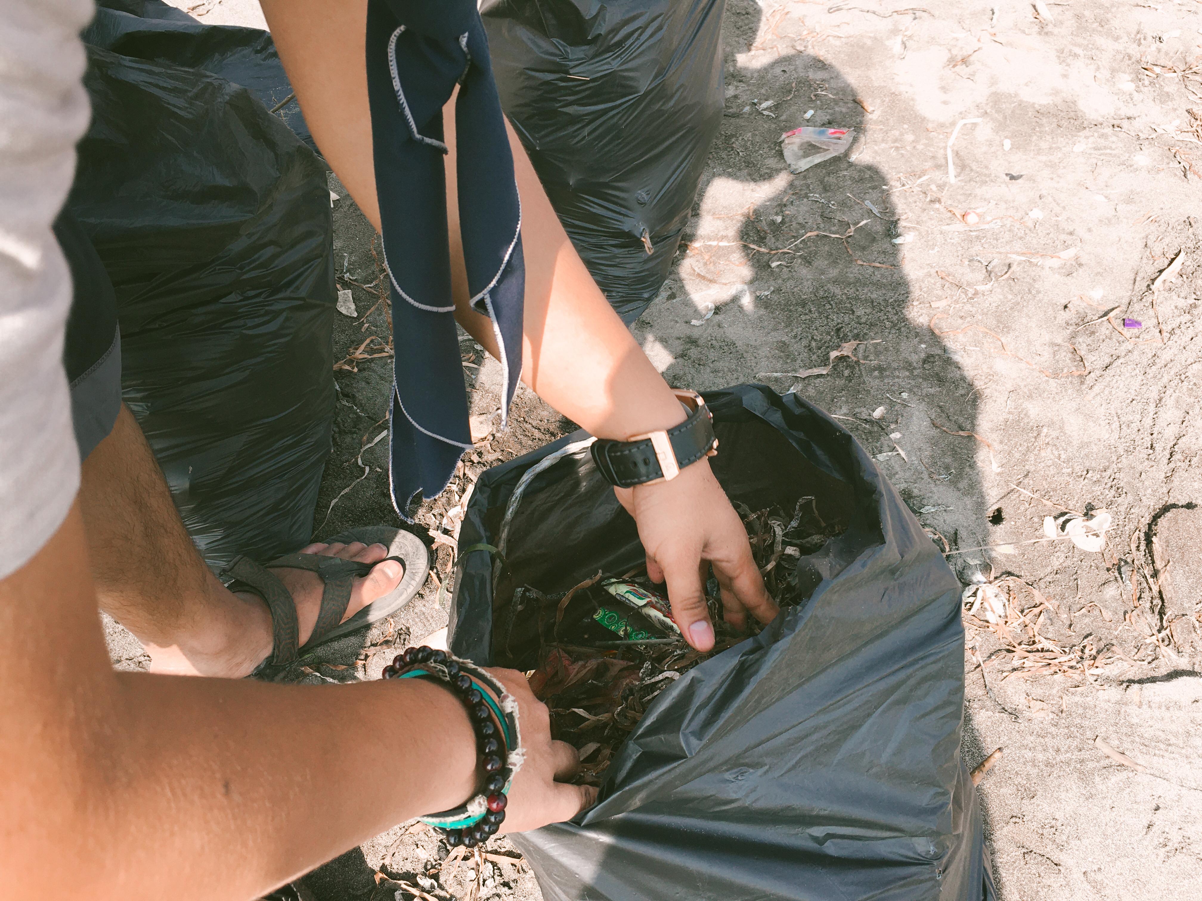 sampah hasil dari sekitar pesisir pantai   foto : Asriyati