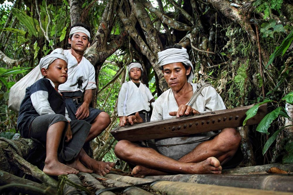 suku Baduy dalam lengkap dengan busana kain putih dan ikat kepala | foto : hipwee.com