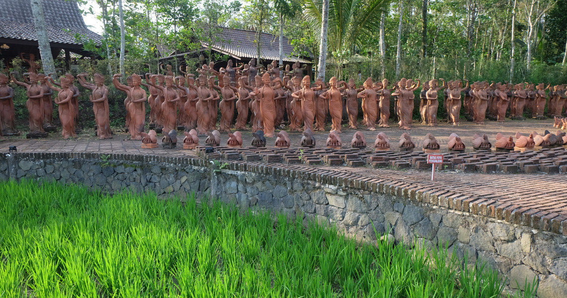 Rribuan patung penari di Taman Gandrung terbuat dari tanah liat   foto : Pesonaindonesia
