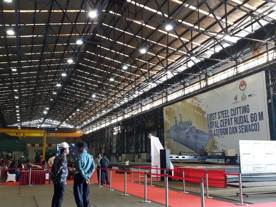 Persiapan first steel cutting Kapal Cepat Rudal 60 M l Sumber: Kevin Naufal/GNFI