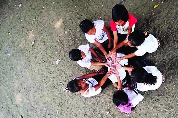 Anak-anak sedang bermain permainan Cublak-Cublak Suweng l Sumber: yogyakarta.panduanwisata.id