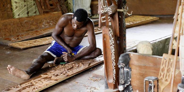Proses pembuatan patung ukir khas Suku Asmat l Sumber: Wisnu Widiantoro