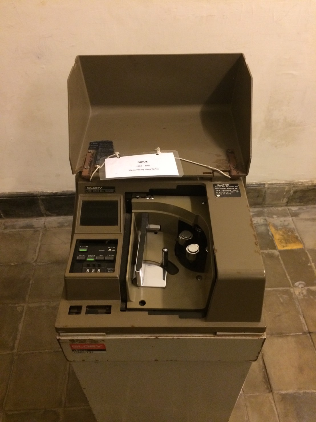 mesin hitung uang kertas l Sumber: Atika puji